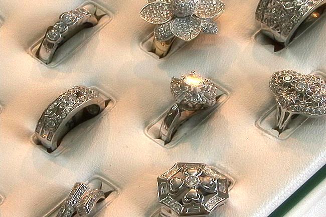 Vol de diamant : Un ancien garde du corps d'une ancienne Première dame, un policier et deux bijoutiers dans de sales draps