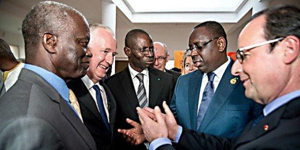 De g. à dr. : Mamadou Mansour Seck, administrateur de la Sococim, Guy Sidos, patron de Vicat, et Boubacar Camara, président de Sococim, avec les présidents Macky Sall et François Hollande, le 30 décembre 2014, à Dakar