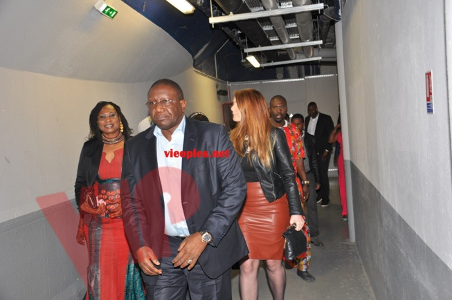 L'arrivée de Bassirou Sène, ambassadeur du Sénégal à Paris, au concert de Waly Seck à Bercy.