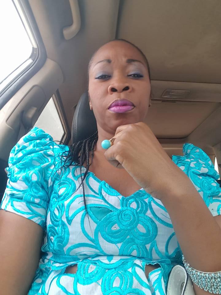Aby Ndour en mode selfie