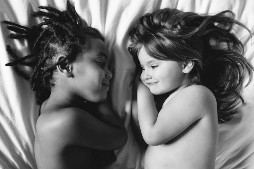 Cette maman prend des photographies absolument sublimes de sa fille adoptive et de sa fille biologique, pour montrer le lien magique qui les unit