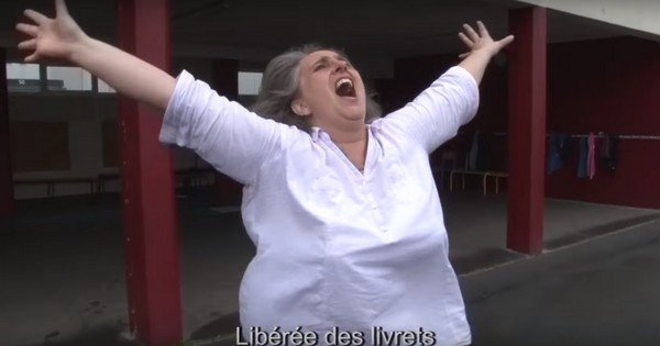 Avant de partir en vacances, cette prof a chanté « Libérée des livrets » et c'est à mourir de rire