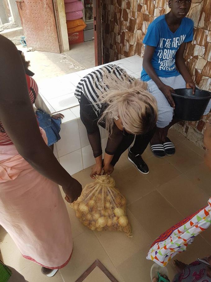 La chanteuse GuiGui distribue des denrées à ses voisins musulmans pour la Korité (Photos)
