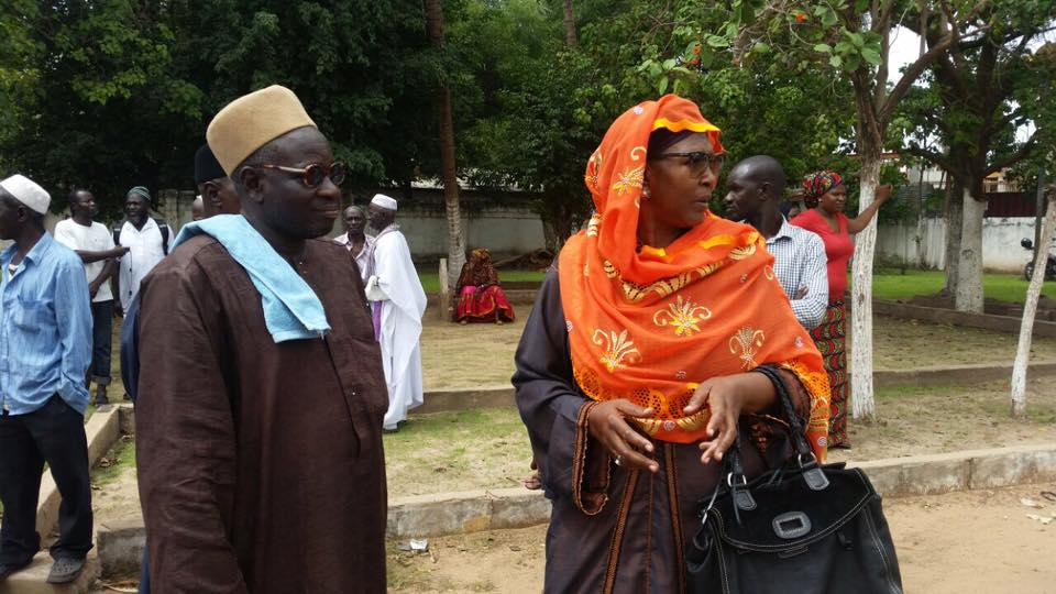 Vidéo et photos - Gambie : Mobilisation de militants et parents devant la Haute Cour de justice pour soutenir Ousaïnou Darboe et Cie