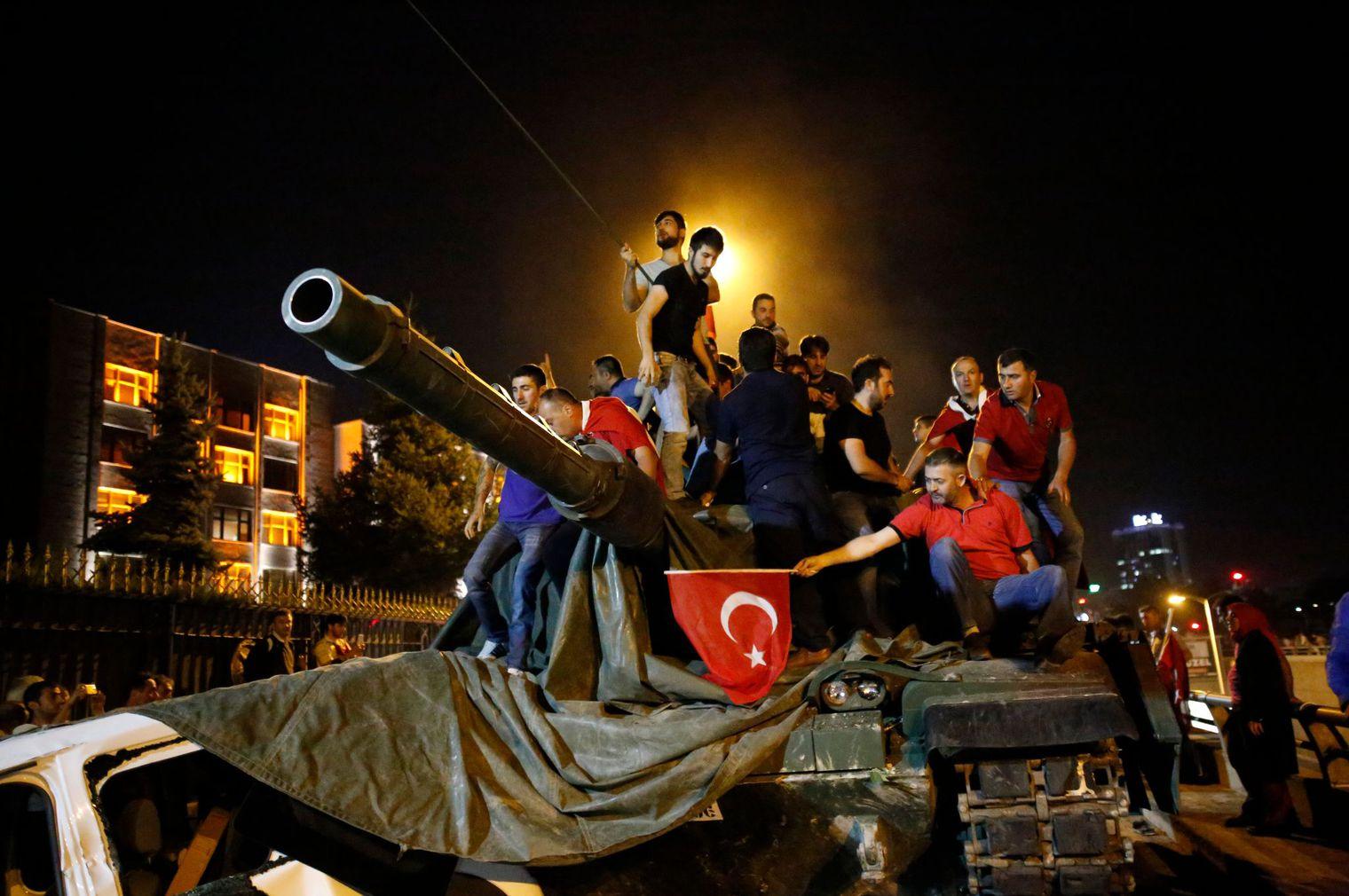 Turquie:  l'armée loyaliste annonce que le putsch a échoué, plus de 1500 militaires arrêtés