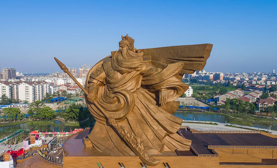 Une immense statue de 1 320 tonnes représentant le dieu de la guerre a été dévoilée en Chine... Impressionnant !
