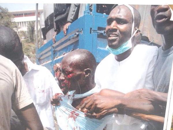 Thimbo tentant de sauver un blessé lors du fameux 23 JUIN durant les manifestations devant l'Assemblée nationale
