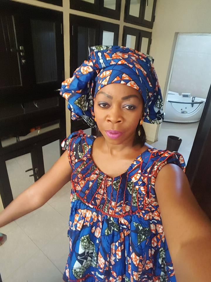 Aby Ndour très relax dans sa tenue en wax