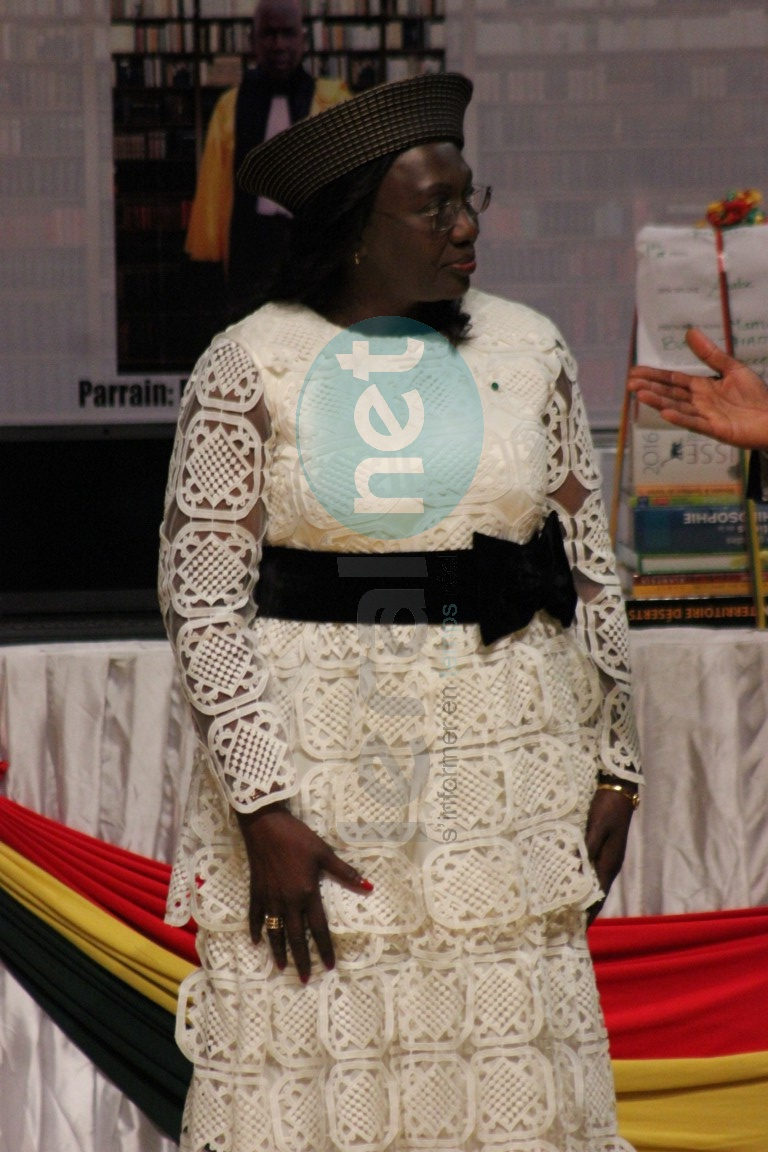 Admirez la belle tenue tout en guipure d'Aminata Tall