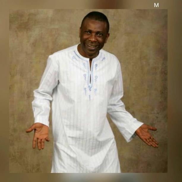 Youssou Ndour très classe en blanc