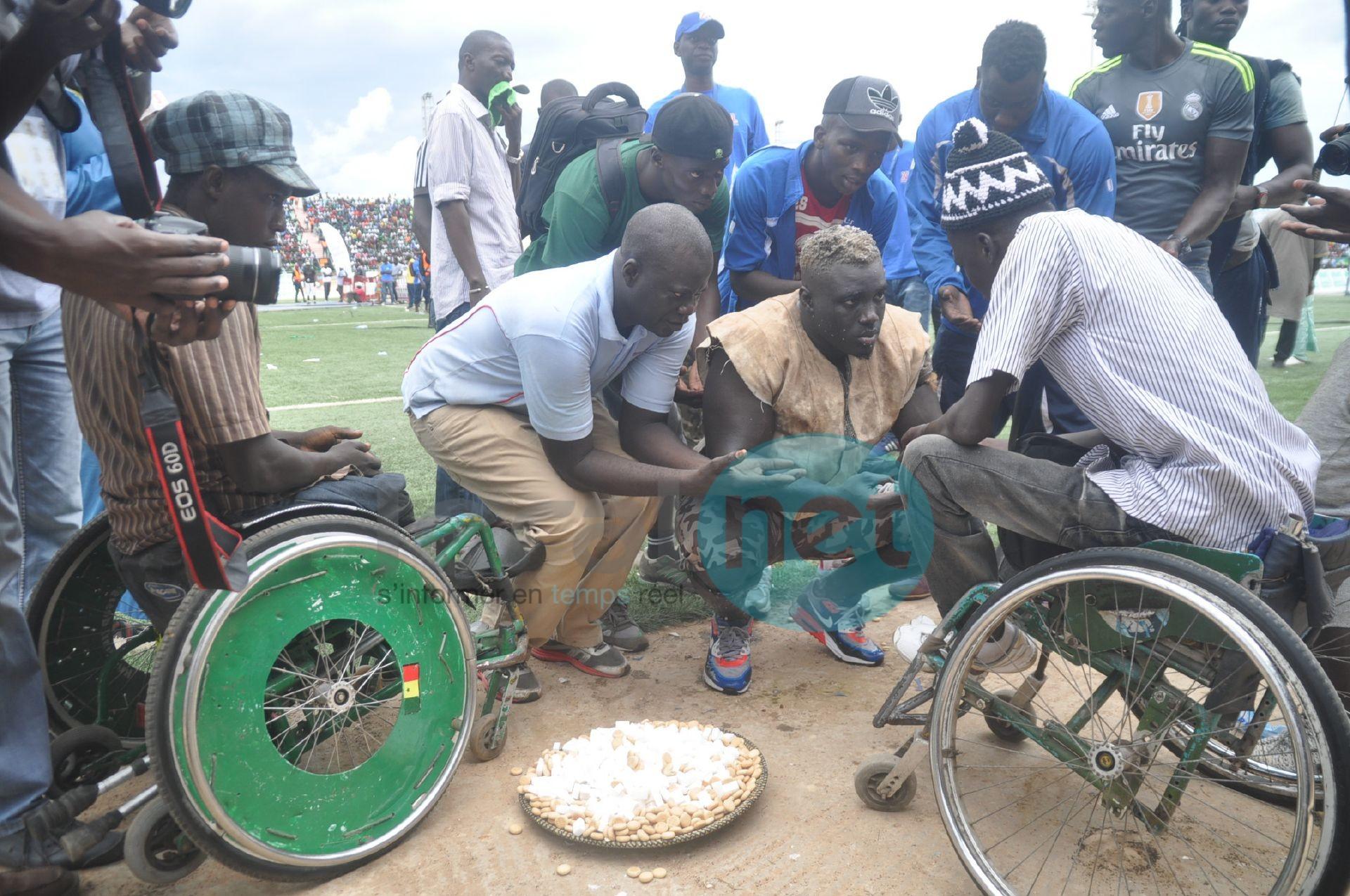3 photos -  Sa Thiès offrant des offrandes aux handicapés