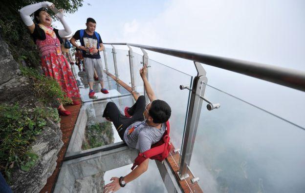 Un pont en verre à 300 mètres au-dessus du vide ? Pour ceux qui ont le vertige, c'est le pont le plus cauchemardesque du monde !