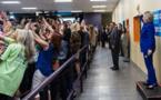 """Quand la """"génération selfie"""" tourne le dos à Hillary Clinton pour une photo"""