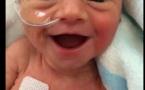 Né à six mois, bébé offre un superbe sourire à sa maman