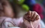 Mort subite du nourrisson : coucher l'enfant dans la chambre parentale réduit les risques