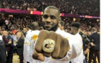 LeBron James pose fièrement avec sa bague de champion !