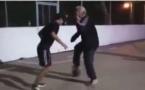 Vidéo: quand grand père décide d'apprendre aux jeunes comment jouer au ballon rond, regardez