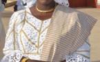 Adja Sy, l'Administratrice de la Place du Souvenir Africain en brodé blanc or, regardez