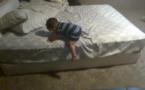 Vidéo: Incroyable ce bébé est très malin, regardez comment...