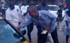 """Abdoul Mbaye dans les rues de Dakar servant du """" Ndogou """" aux automobilistes et passants ( images )"""