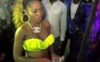 Vidéo – L'accoutrement de cette femme a choqué tout le monde à la soirée…