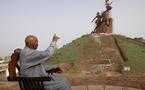 Sénégal : le Président, le peuple et la statue