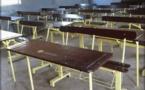 Arrêt sur images: Le maire de Guédiawaye, Aliou Sall peint les tables-bancs des écoles aux couleurs de l'Apr