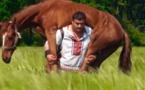 INCROYABLE : Cet Ukrainien soulève un cheval et marche avec, impressionnant, regardez