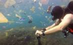 Un plongeur s'est filmé dans une mer de plastique à Bali