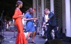 Coumba Gawlo fait danser le Mbalax à S.E Christophe Bigot, l'ambassadeur de France, regardez