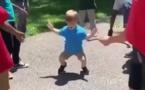 Ce gosse est absolument génial quand il danse !