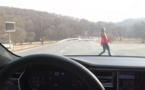 Ce YouTuber fou teste l'Autopilot de Tesla en essayant de rouler sur sa femme !