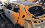 Une voiture prend feu devant le palais