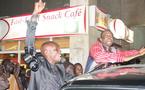 Youssou Ndour prend un bain de foule de nuit...