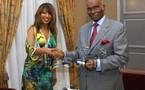 PHOTO: Viviane Chidid présente ses trophées à Wade