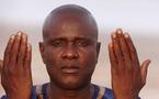 Ismael Lo entrain de prier