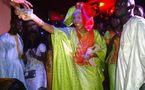 Photo : Adja Diallo offre de l'argent à Salam Diallo, c'était le jour de la tabaski