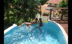 Photo : L'homosexuel Babacar Ndiaye et son amant dans la piscine