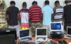 VIDEO - Cybercriminalité: 18 Nigérians arrêtés avec 250 ordinateurs, des faux passeports et des cartes bancaires à Ouakam