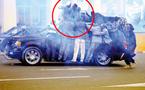 PHOTO : Le candidat Ibrahima Fall protégé des lacrymos par sa garde rapprochée.