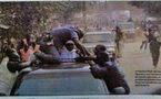 Nguéniène: Sous les pierres, Wade couvert par sa garde rapprochée. Regarder la video