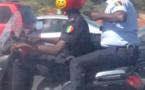 Photos: deux policiers roulent sans casques sur le péage, à bord d'un scooter