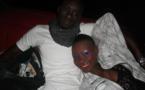 Le mannequin Fleur Mbaye se détend sur son copain qui joue au gentil homme