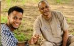 Willy tout souriant, son père mi-sourire et pensif : La première image de Luc Nicolaï à côté de son fils