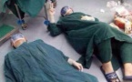 Une prouesse immortalisée: Des chirurgiens chinois effondrés sur le sol d'une salle après les 32 heures d'une opération