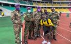 Sadio Mané prend la pose avec des agents de sécurité congolais