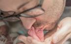 Un père chante au chevet de son nouveau-né mourant, peu après que la mère ne décède en lui donnant naissance... Son histoire va vous donner les larmes aux yeux.