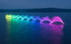 Regardez à quoi ressemble le mouvement d'un kayak lorsqu'on accroche des lumières multicolores sur les pagaies ! Ça a vraiment quelque chose de magique...
