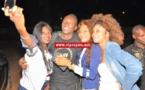 Le chanteur Gambien Bay Babou prend la pose avec ses fans de la cité du rail