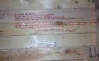 Après la mort de son père, cet homme trouve un message secret qu'il a écrit sur un banc. Ce qu'il dit va profondément vous toucher!